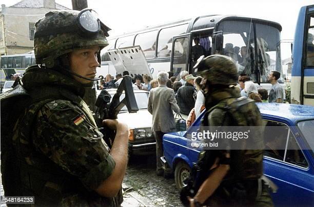 Bundeswehr - Soldaten der KFOR - Truppe schützen serbische Bewohner von Prizren, die ihre Stadt in Bussen verlassen