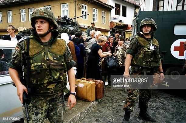 Bundeswehr - Soldaten der KFOR - Truppe schützen serbische Bewohner von Prizren, die ihre Stadt verlassen
