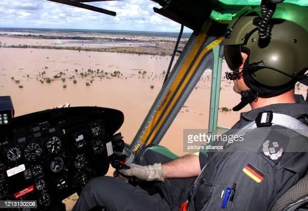 BundeswehrEinsatzleiter Oberstleutnant Karl Trautvetter fliegt am 832000 einen BundeswehrTransporthubschrauber über dem mosambikanischen...