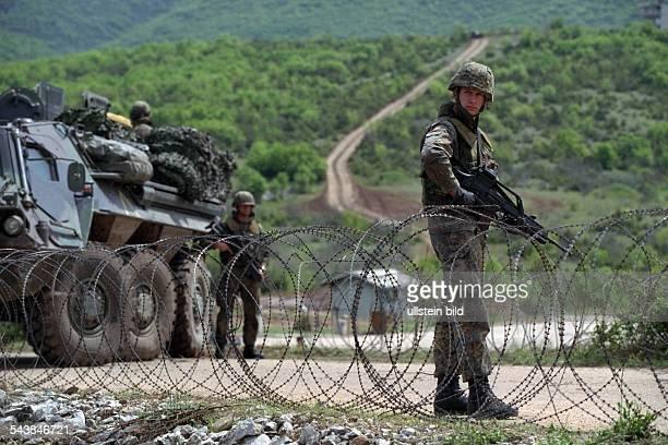 Bundeswehrsoldaten üben in Mazedonien für einen eventuellen Einsatz als Friedenstruppe im Kosovo. Soldaten im abgesperrten Gelände. Rödeldraht;...