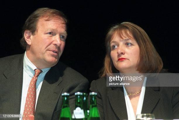 Bundeswirtschaftsminister Günter Rexrodt und die ehemalige Justizministerin Sabine LeutheusserSchnarrenberger unterhalten sich am 611998 beim...