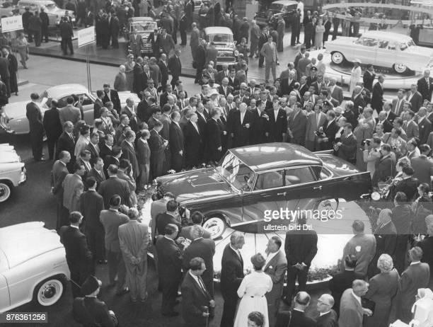 Bundeswirtschaftsminister Ludwig Erhard bei einem Rundgang über die 39 Internationale Automobilausstellung Begutachtung eines 'Borgward'