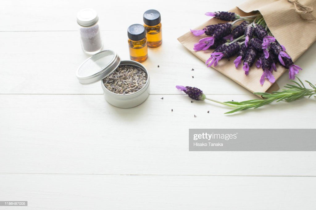 bundle of lavender flowers wrapped in paper,dry lavender and oil : ストックフォト