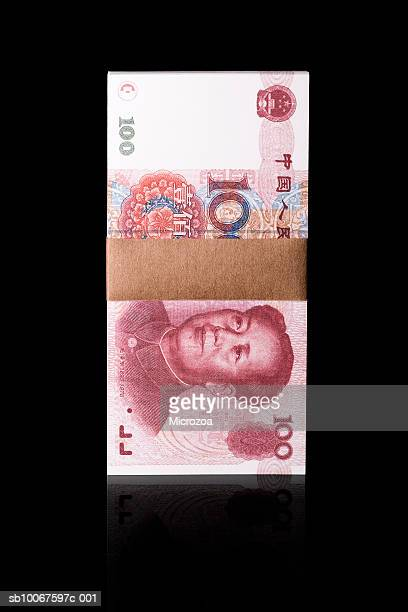 bundle of one hundred chinese yuan notes, studio shot - microzoa fotografías e imágenes de stock