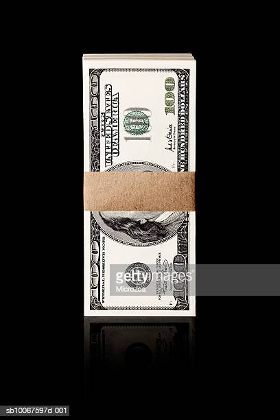 bundle of one hundred dollar notes, studio shot - microzoa fotografías e imágenes de stock
