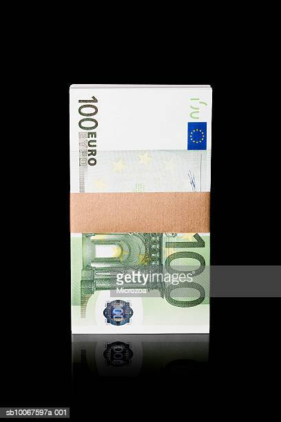 bundle of one hundred euro notes, studio shot - microzoa fotografías e imágenes de stock