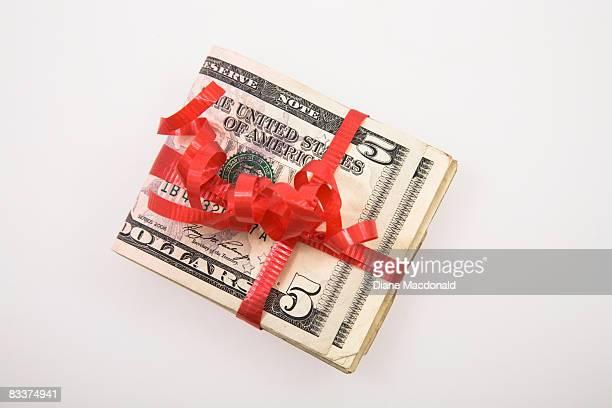 a bundle of us  bank notes tied with a red ribbon - imagenes gratis fotografías e imágenes de stock