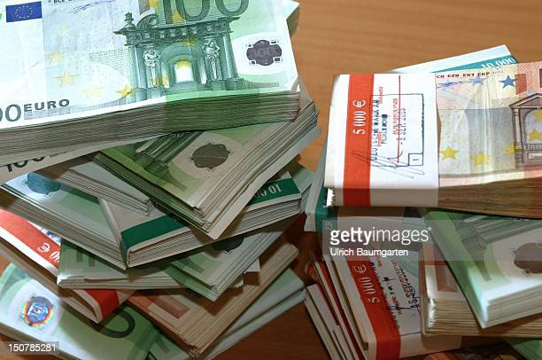 Bundles with 100 and 50 Euro notes