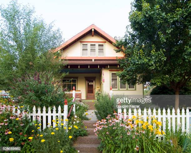 bungalow house with white picket fence - model home stock pictures, royalty-free photos & images