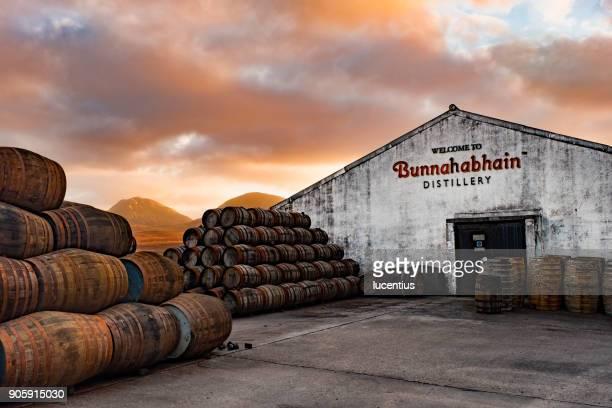 bunnahabhain distillery, islay, scotland. - scotch whiskey stock pictures, royalty-free photos & images