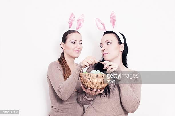 bunny Mädchen Spaß mit Ostern Eier Korb