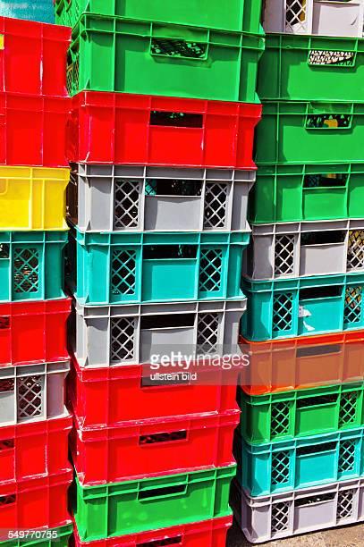 Bunte Kisten aus Plastik warten auf ihren Abtransport Logistik und Verpackung
