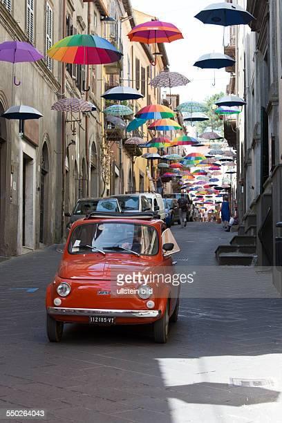 bunte Schirme schweben über der Einkaufsstrasse Corso Cavour in Montefiascone