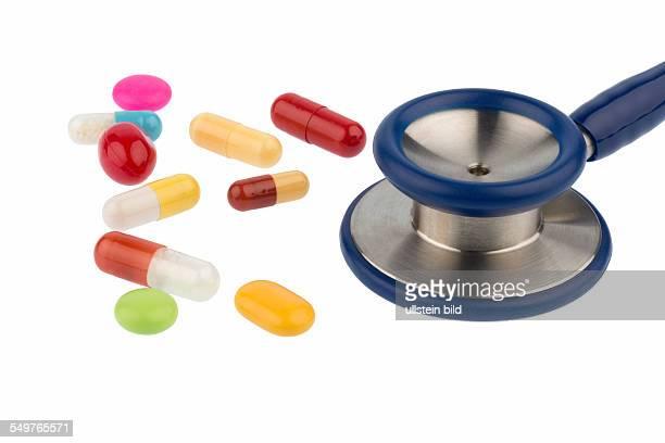 Bunte Tabletten und ein Stethoskop Symbolfoto für Diagnostik Herzkrankheiten und Wechselwirkungen