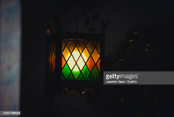 buntes fenster in der nacht - nacht stock pictures, royalty-free photos & images