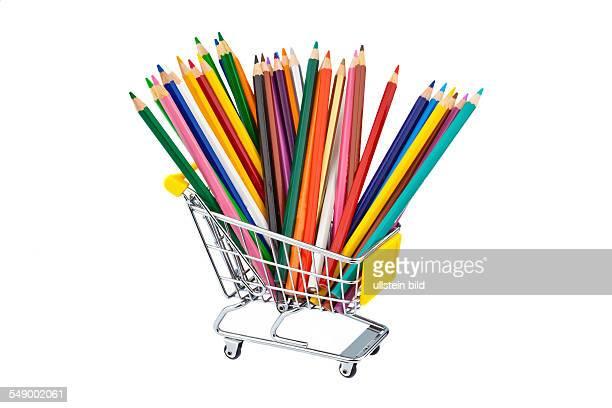 Buntstifte in verschiedenen Farben in einem Einkaufswagen