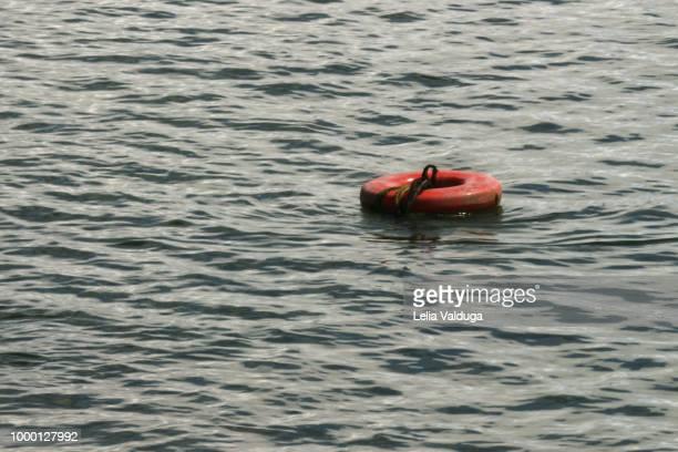 buoys at low tide - praia dos carneiros - betrouwbaar stockfoto's en -beelden