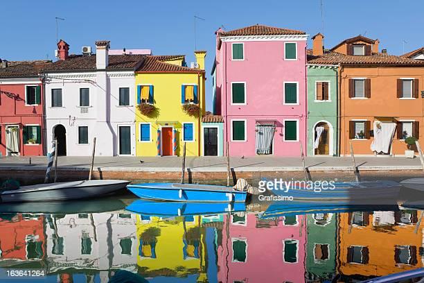 case colorate di burano italia - burano foto e immagini stock