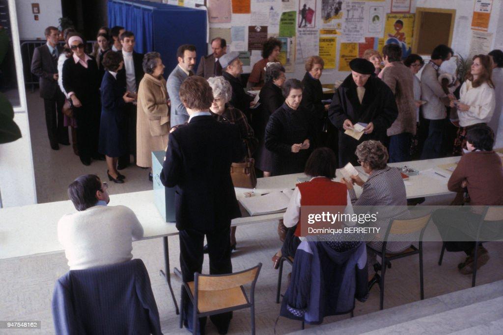 Elections en france ambiance dans un bureau de vote à paris