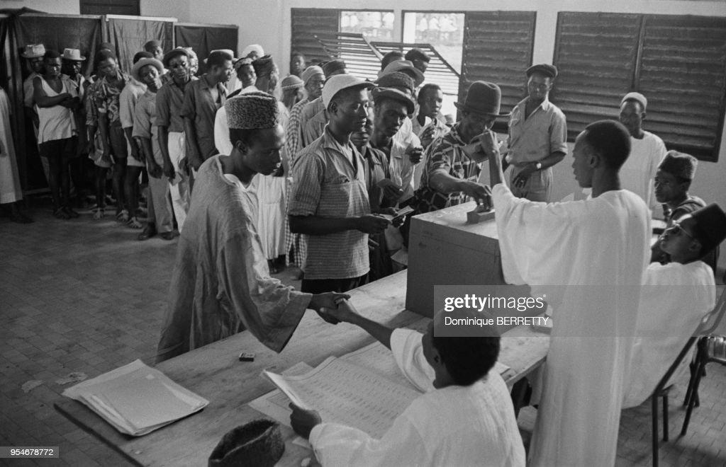 Premiers arrivants au bureau de vote de haïfa à l institut gaston