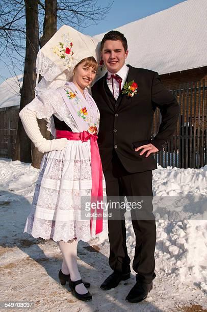 Fastnacht 120 JugendFastnacht Festumzug und das Gruppenfoto zu dem sich 110 Paare in sorbischer Tracht aufstellten