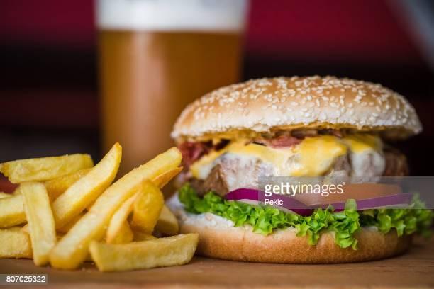 Hamburger en friet in een kroeg