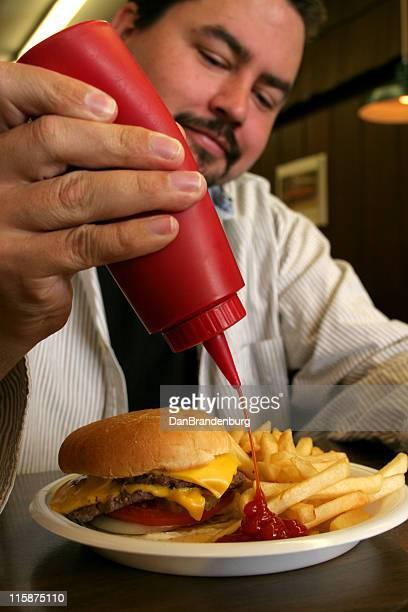 Hamburger manger Guy avec Ketchup