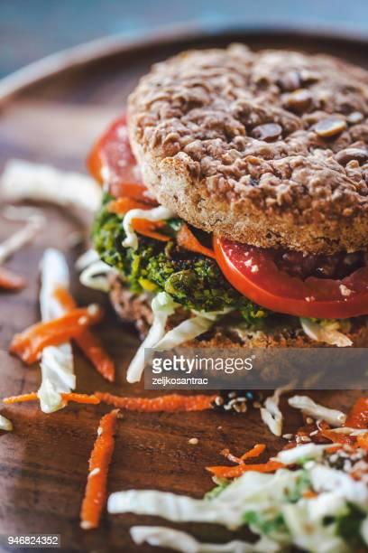 Burger aux végétariens. Burger avec falafel.