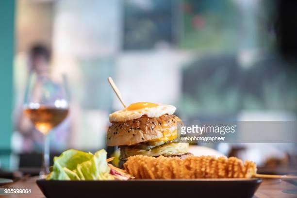 hambúrguer com ovo frito - comida de pub - fotografias e filmes do acervo