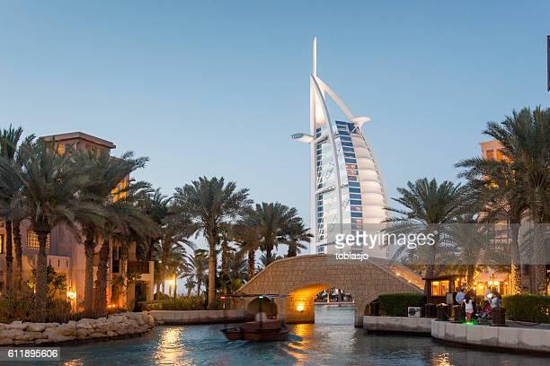 l'hotel burj al-arab di dubai - canale foto e immagini stock