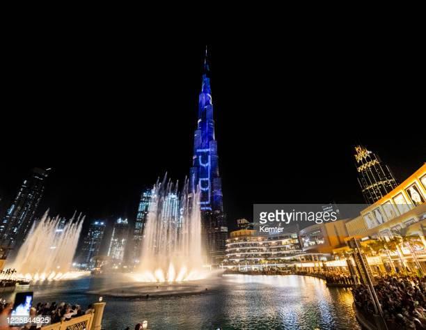 burj khalifa und dubai fountain bei nacht - kemter stock-fotos und bilder