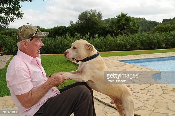 "Burkhard Driest mit Hund ""Bruno"" , Homestory, Sant Antoni de Portmany, Insel Ibiza, Balearen, Spanien, Europa, Urlaub, Pool, Swimmingpool, Tier,..."