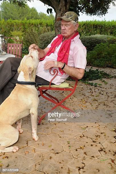 """Burkhard Driest mit Hund """"Bruno"""" , Homestory, Sant Antoni de Portmany, Insel Ibiza, Balearen, Spanien, Europa, Urlaub, Garten, Tier, Schauspieler,..."""