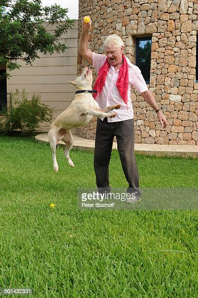 "Burkhard Driest mit Hund ""Bruno"" , Homestory, Sant Antoni de Portmany, Insel Ibiza, Balearen, Spanien, Europa, Urlaub, Turm, Tier, springen,..."