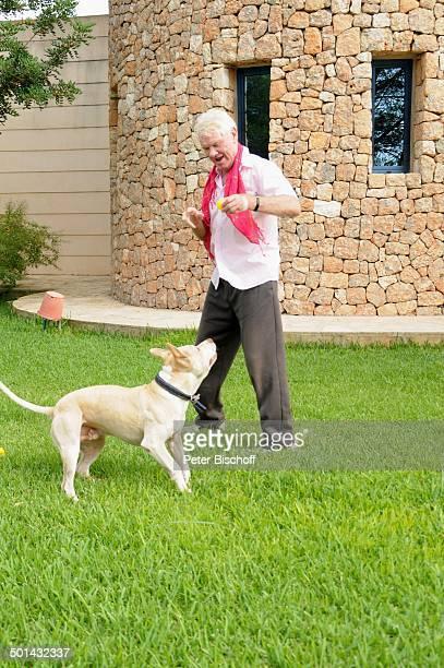 "Burkhard Driest mit Hund ""Bruno"" , Homestory, Sant Antoni de Portmany, Insel Ibiza, Balearen, Spanien, Europa, Urlaub, Turm, Tier, Schauspieler,..."