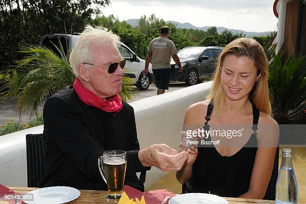 Burkhard Driest Tochter Johanna Restaurant Ses Roques Playa de Comte Insel Ibiza Balearen Spanien Europa Urlaub Sonnenbrille Vater Schauspieler...