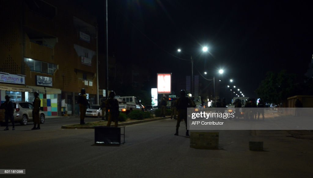 TOPSHOT - Burkina Faso gendarmes and army forces patrol on August 13, 2017 as soldiers launch an operation against suspected jihadists in Burkina Faso after gunmen attacked a cafe in the capital Ouagadougou. / AFP PHOTO / Ahmed OUOBA