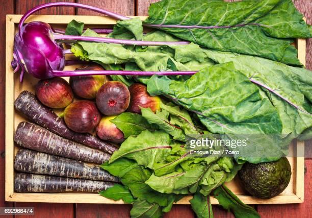 burleigh farmer's market purple vegetables - feuille de pissenlit photos et images de collection