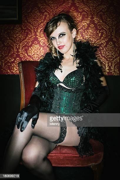 burlesque sexy mujer joven - piernas cruzadas fotografías e imágenes de stock
