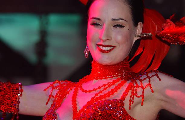 3f273a53757b Photos et images de Burlesque Artist Dita Von Teese Performs In ...