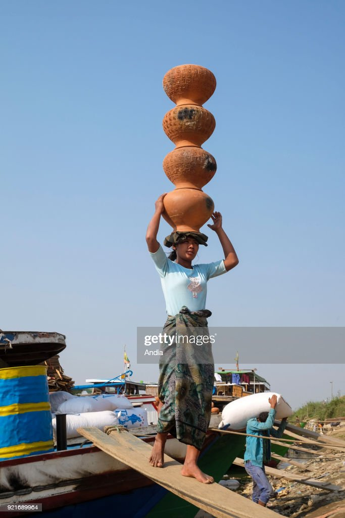 Unloading on the wharf of the Irrawaddy river. : News Photo