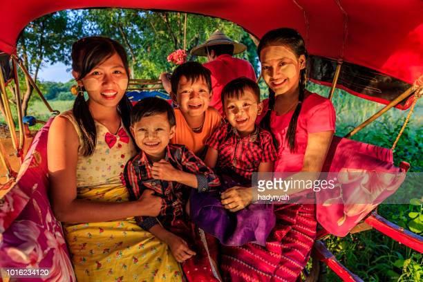 burmesische kinder sitzen auf einem pferdewagen, bagan, myanmar - body paint stock-fotos und bilder