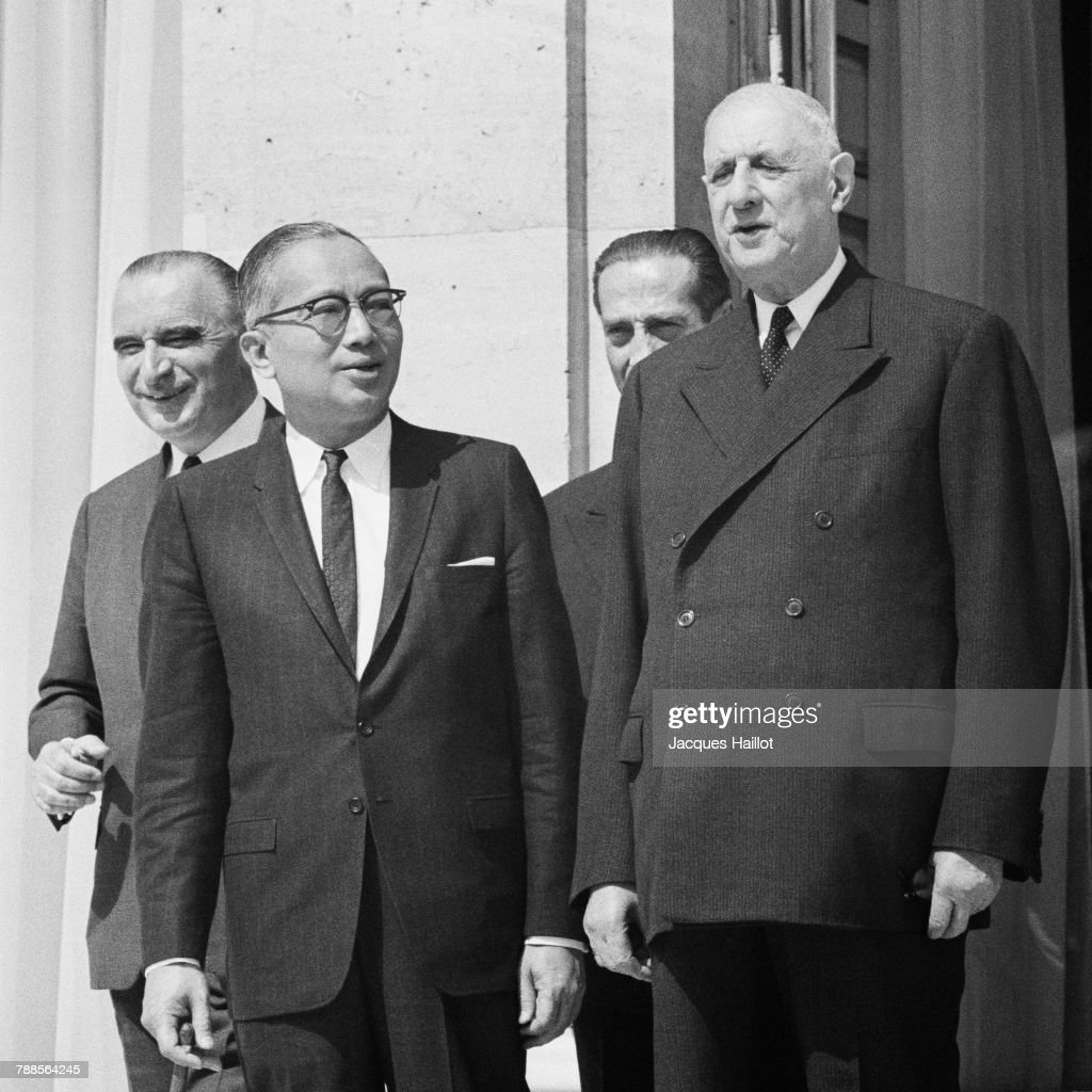 Burnese Secretary-General of the United Nations U Thant is welcomed in Paris by French president Charles de Gaulle (R) and his Prime Minister Georges Pompidou (L).