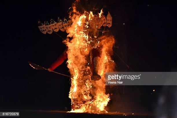 burning effigy of ravana-dussehra celebrations - dussehra - fotografias e filmes do acervo