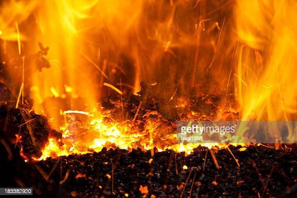 薪の暖炉の炎 - 暖炉の火 ストックフォトと画像
