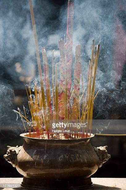 burning incense at thien hau pagoda - thien hau pagoda stock pictures, royalty-free photos & images