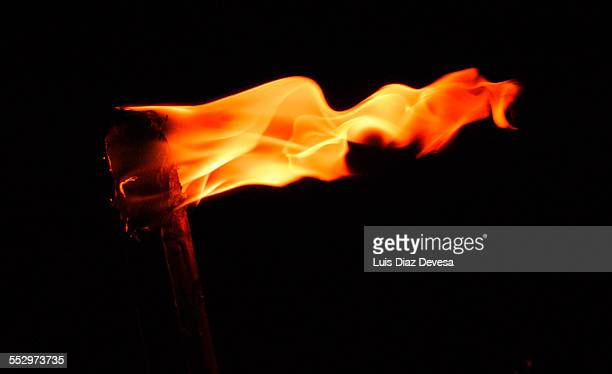 burning torch - 聖火トーチ ストックフォトと画像