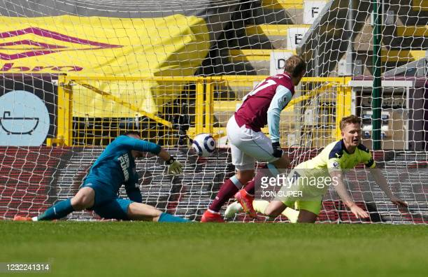 Burnley's Czech striker Matej Vydra shoots and scores the first goal past Newcastle United's Slovakian goalkeeper Martin Dubravka during the English...
