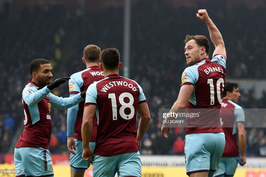 Burnley's English striker Ashley Barnes (R) celebrates after scoring their first goal during the English Premier League football match between Burnley and Everton at Turf Moor in Burnley, north west England on March 3, 2018. / AFP PHOTO / Oli SCARFF / RESTRICTED TO EDITORIAL USE. No use with unauthorized audio, video, data, fixture lists, club/league logos or 'live' services. Online in-match use limited to 75 images, no video emulation. No use in betting, games or single club/league/player publications. /