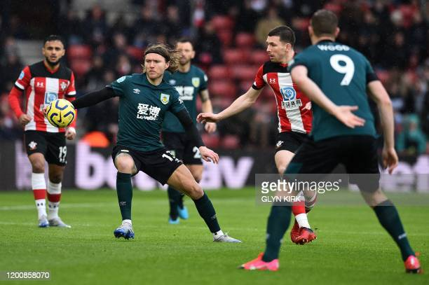 Burnley's Irish midfielder Jeff Hendrick controls the ball during the English Premier League football match between Southampton and Burnley at St...